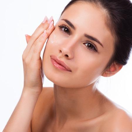 Beautiful Spa Vrouw raakt haar gezicht.