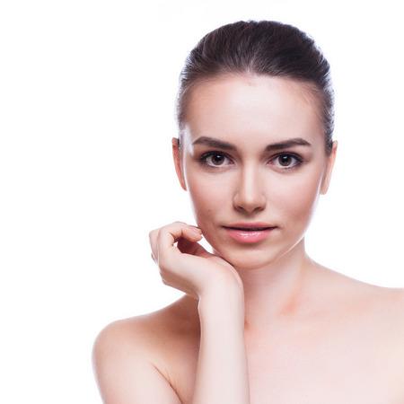 cuerpo perfecto femenino: Mujer hermosa joven que toca su Skin.Isolated Face.Fresh sano en blanco