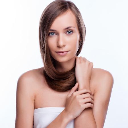 capelli lisci: Capelli. Bella Ragazza Bruna. Capelli lunghi sani. Modello di bellezza della donna. Acconciatura