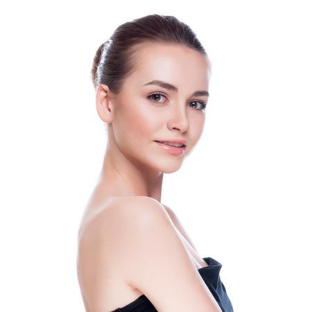 Beau visage de femme jeune adulte avec la peau propre et fraîche - isolé sur blanc