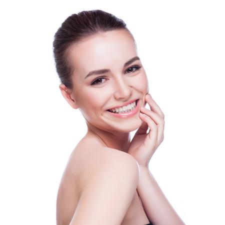 manos limpias: Hermoso rostro de mujer joven con la piel limpia y fresca - aislado en blanco