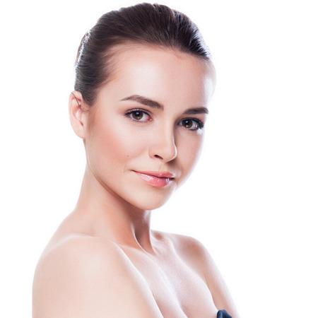 schoonheid: Mooi gezicht van jonge volwassen vrouw met schone huid - geïsoleerd op wit Stockfoto