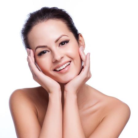Beau visage d'une jeune femme adulte avec la peau propre et fraîche - isolé sur blanc Banque d'images