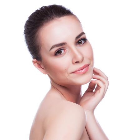 Mujer hermosa joven que toca su Skin.Isolated Face.Fresh sano en blanco