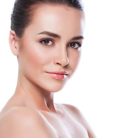 아름 다운 젊은 여자는 흰색에 그녀의 Face.Fresh 건강한 Skin.Isolated을 터치