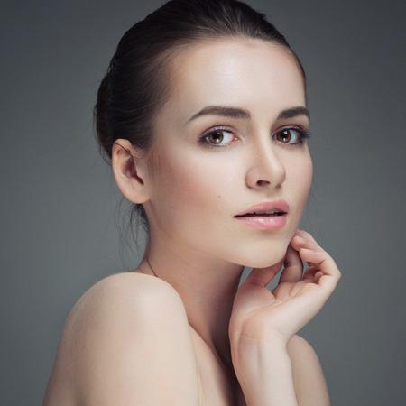 gesicht: Sch�ne junge Frau ber�hrt ihr Face.Fresh Healthy Skin.Isolated auf Wei�