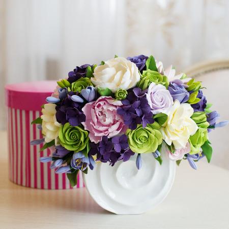 bouquet fleur: Rose bouquet de fleurs et une boîte-cadeau sur la table en bois Banque d'images