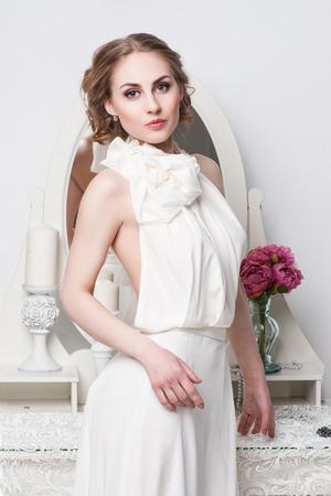 mujeres fashion: Retrato de la hermosa novia. Vestido de novia. Decoración de la boda