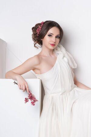 poses de modelos: Retrato de la hermosa novia. Vestido de novia. Decoraci�n de la boda