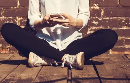 vrouwen: Mooie jonge hipster vrouw met behulp van slimme telefoon