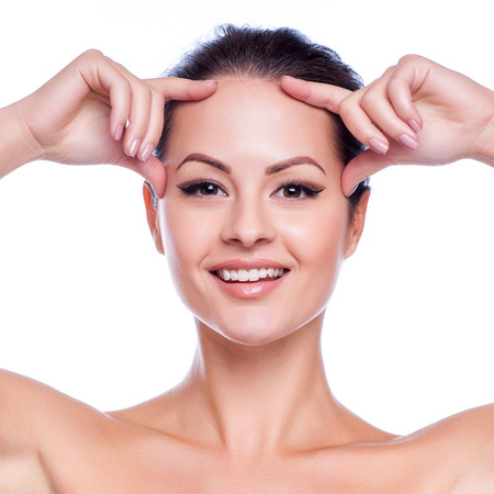 face: Belle jeune femme de toucher son Skin.Isolated Face.Fresh sain sur blanc Banque d'images
