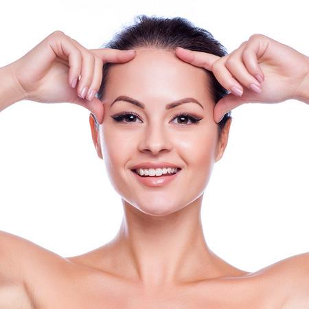 edad media: Mujer hermosa joven que toca su Skin.Isolated Face.Fresh sano en blanco