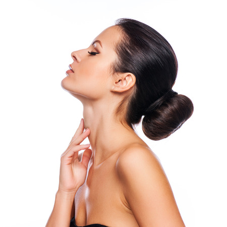 collo: Bel volto di giovane donna adulta con pelle pulita fresca - isolato su bianco