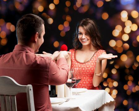 parejas romanticas: Un hombre joven que presenta el anillo de compromiso a su novia Foto de archivo