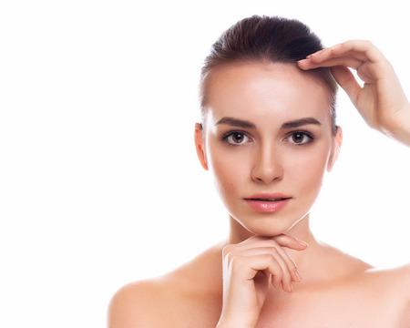 Piękne Młoda Kobieta Dotykania Jej Face.Fresh Zdrowe Skin.Isolated na Białym