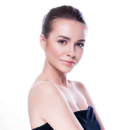 깨끗하고 신선한 피부를 가진 젊은 성인 여자의 아름 다운 얼굴 - 흰색에 고립 스톡 콘텐츠