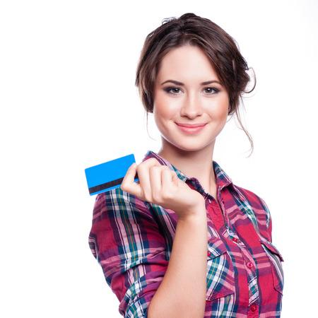 ファッション、ショッピング、銀行業およびお支払いのコンセプト - プラスチック製のクレジット カードを持つエレガントな女性を笑顔