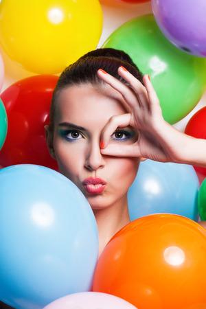 Portret schoonheid Meisje met kleurrijke make-up Nagellak en accessoires. Kleurrijke Shot Studio van Grappige Vrouw. Levendige kleuren.