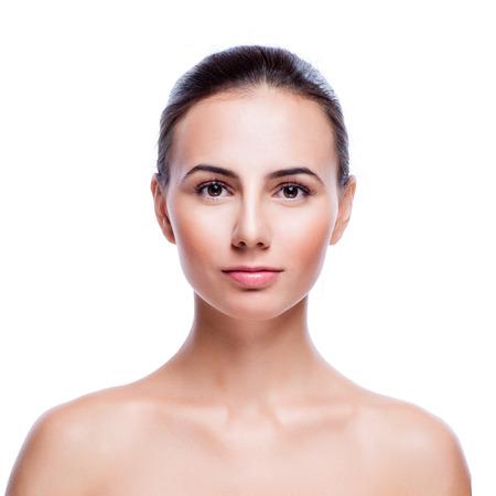 Cara hermosa de la mujer adulta joven con la piel limpia y fresca aislados en blanco Foto de archivo