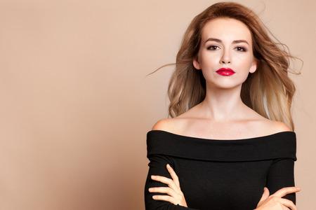 skönhet: Vacker ung kvinna med långt hår och smycken. Stockfoto