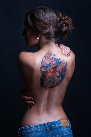 tatouage sexy: Belle femme avec un tatouage retour complet