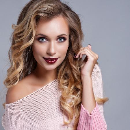 mujeres jovenes desnudas: Hermosa mujer rubia con el pelo largo y rizado