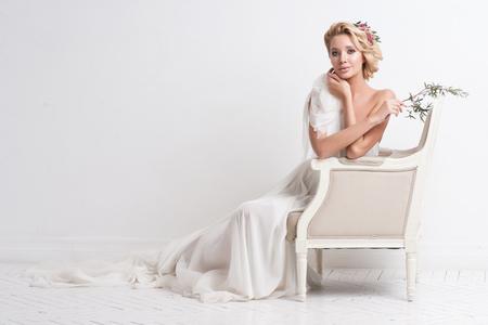 웨딩 헤어 스타일 및 메이크업 뷰티 여자. 신부 패션. 보석과 아름다움입니다. 흰 드레스, 완벽한 피부, 금발 머리 여자. 세련된 헤어 스타일을 가진 여