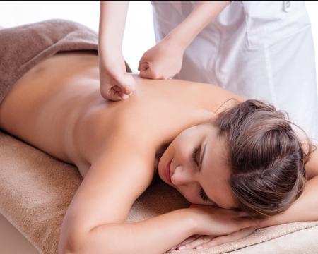 masajes relajacion: Masajista haciendo masajes en el cuerpo de la mujer en el salón de spa. Concepto de tratamiento de belleza.