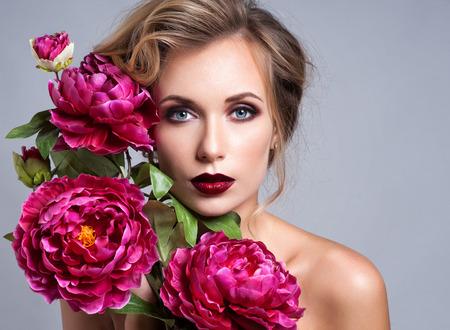 visage: Beautiful Girl avec la peau Printemps Flowers.Fresh