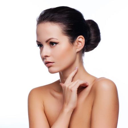 belle brune: Beau visage d'une jeune femme adulte avec la peau propre et fraîche - isolé sur blanc Banque d'images