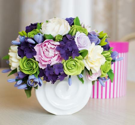 ramo de flores: Rose ramo de flores y caja de regalo sobre la mesa de madera Foto de archivo
