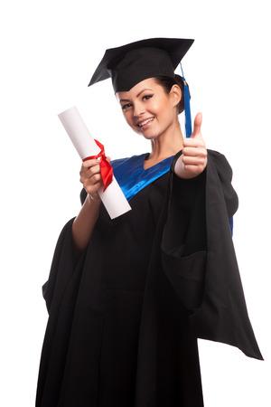 birrete de graduacion: Una mujer con un título en la mano mientras mira a la cámara Foto de archivo