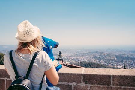 barcelone: Jeune fille regardant à travers un monnayeur jumelles sur Barcelone