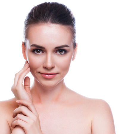 piel humana: Mujer hermosa joven que toca su Skin.Isolated Face.Fresh sano en blanco
