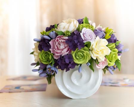 나무 테이블에 장미 꽃 꽃다발과 선물 상자