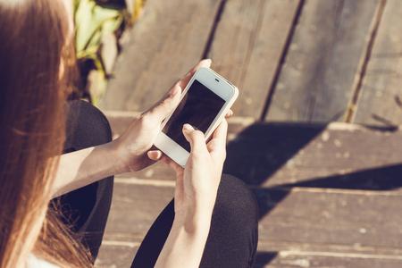 Schöne junge hipster Frau mit Smartphone