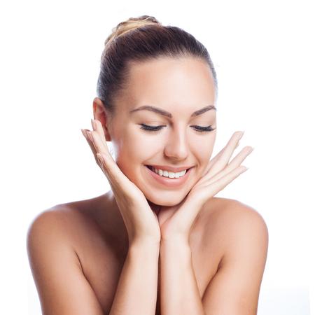 schoonheid: mooie model toepassen cosmetische crème behandeling op haar gezicht op wit Stockfoto