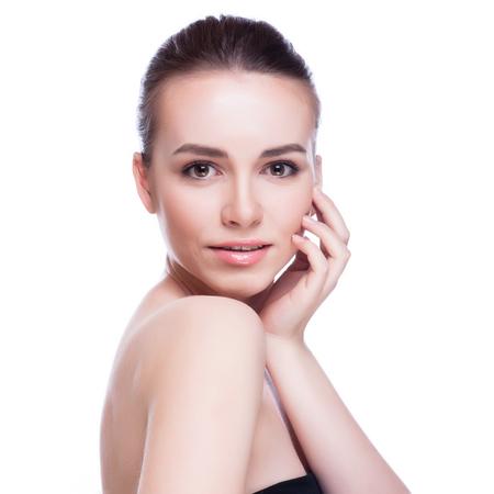 Mooi gezicht van mooie lachende vrouw - stellen bij studio op wit wordt geïsoleerd