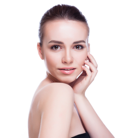 Mooi gezicht van mooie lachende vrouw - stellen bij studio op wit wordt geïsoleerd Stockfoto - 46530079