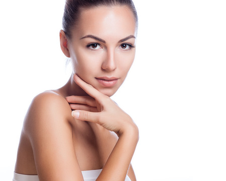 krása: Hezká tvář krásná usmívající se žena - představují ve studiu izolovaných na bílém Reklamní fotografie