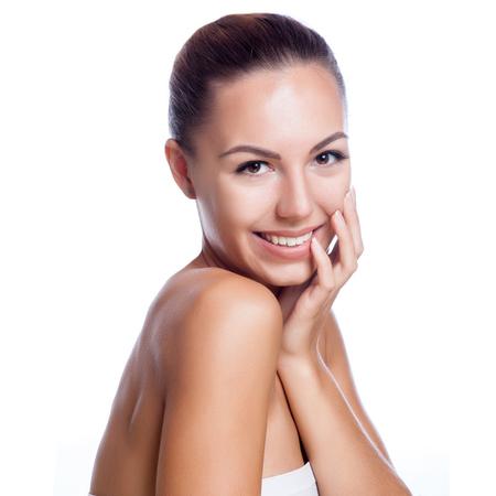 Cara bonita de la hermosa mujer sonriente - presenta en el estudio aislado en blanco