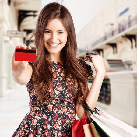 쇼핑몰에서 쇼핑 가방을 가진 아름다움 여자입니다. 스톡 콘텐츠