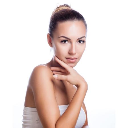 piel: Cara bonita de la hermosa mujer sonriente - presenta en el estudio aislado en blanco