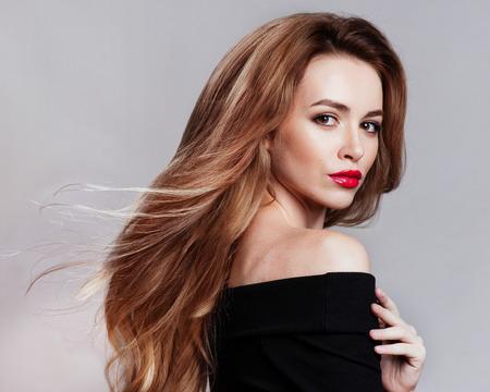 Portret piękna blondynka kobieta z kręcone Fryzura i makijażu jasny. Naturalny wygląd. studio, odizolowany. Zdjęcie Seryjne