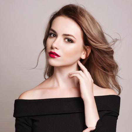 aretes: Retrato de la hermosa mujer rubia con el peinado rizado y maquillaje brillante. Su apariencia natural. estudio, aislado.