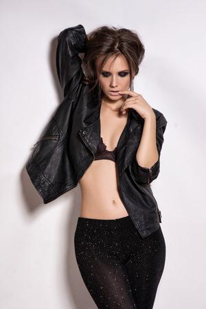 rocker girl: Retrato de la moda Rocker Estilo ni�a modelo. Peinado. Basculante o de maquillaje punk mujer, peinado y accesorios Foto de archivo
