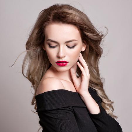 Portret van mooie blonde vrouw met krullend kapsel en lichte make-up, perfecte huid, huidverzorging, spa, schoonheidsspecialiste. Sexy mode vrouw gezicht, sensuele schoonheid meisje model. Natuurlijke uitstraling. studio, geïsoleerd. Stockfoto