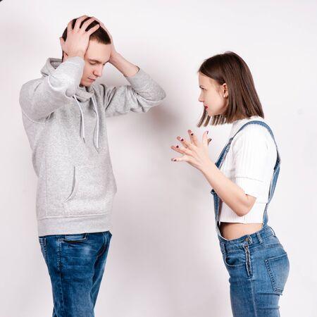 pareja enojada: Retrato de una pareja enojada gritando entre s� contra el fondo blanco.