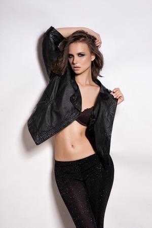 Portrait Mode Rocker style Girl Model. Coiffure. Rocker ou Punk femme maquillage, coiffure et accessoires