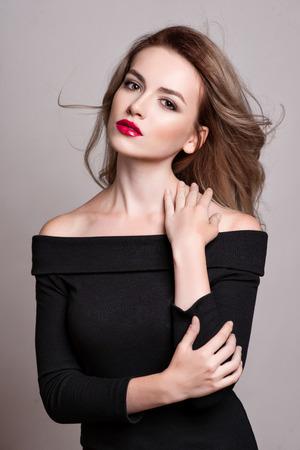 Ritratto di bella donna bionda con i capelli ricci e trucco luminoso, pelle perfetta, skincare, terme, cosmetologia. Sexy donna faccia voga, sensuale bellezza ragazza modello. aspetto naturale. studio, isolato.